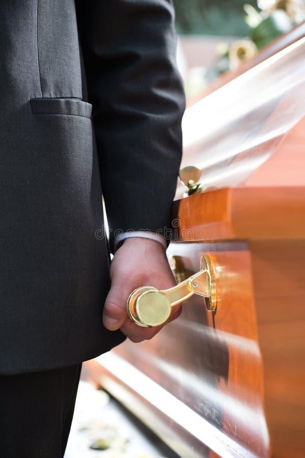 在葬礼的棺材持票人运载的小箱 图库摄影