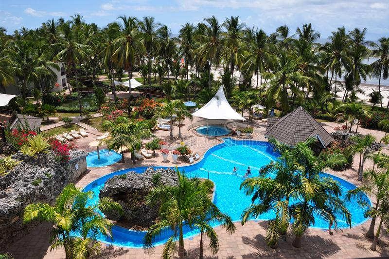 在蒂亚尼礁石海滩的水池区域&温泉渡假胜地在蒙巴萨 免版税库存图片
