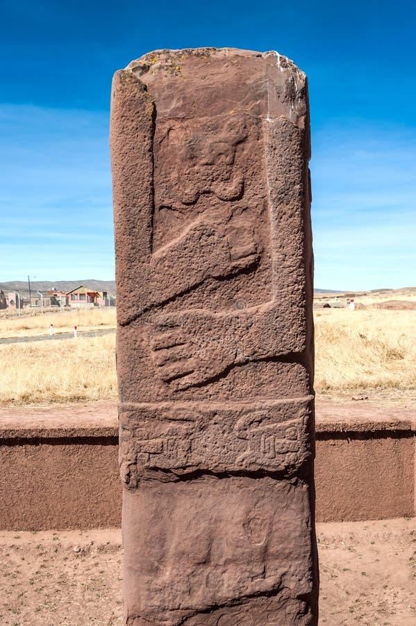 在蒂亚瓦纳科, Altiplano, Titicaca地区,玻利维亚的巨型独石 免版税图库摄影