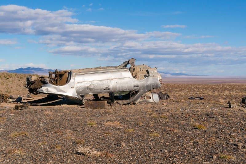 在蒙古的干草原的残破的汽车 免版税库存照片