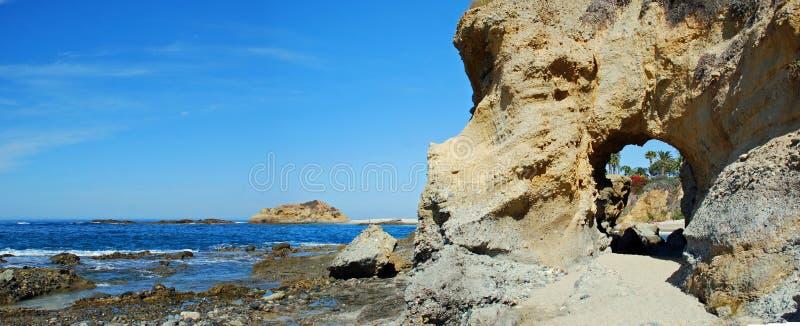 在蒙太奇手段拉古纳海滩,加利福尼亚下的海岸线 库存照片