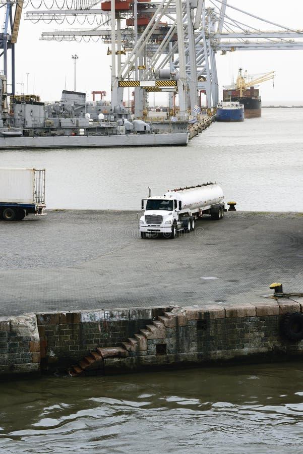 在蒙得维的亚港的加油车罐车  图库摄影