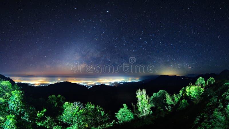 在蒙森观点土井AngKhang和银河的繁星之夜天空 库存图片