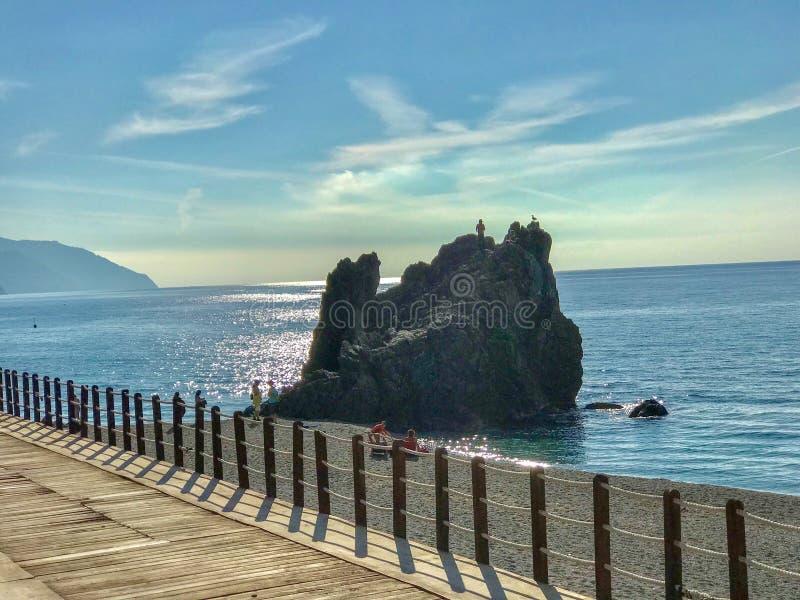 在蒙泰罗索阿尔马雷的岩层有人和海鸥的每 免版税库存照片