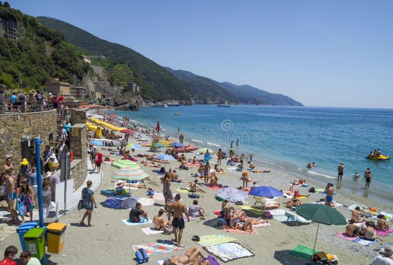 在蒙泰罗索阿尔马雷海滩的休闲 免版税库存照片