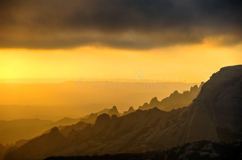 在蒙特塞拉特山的上面的日落  风车 卡塔龙尼亚,西班牙 免版税库存图片