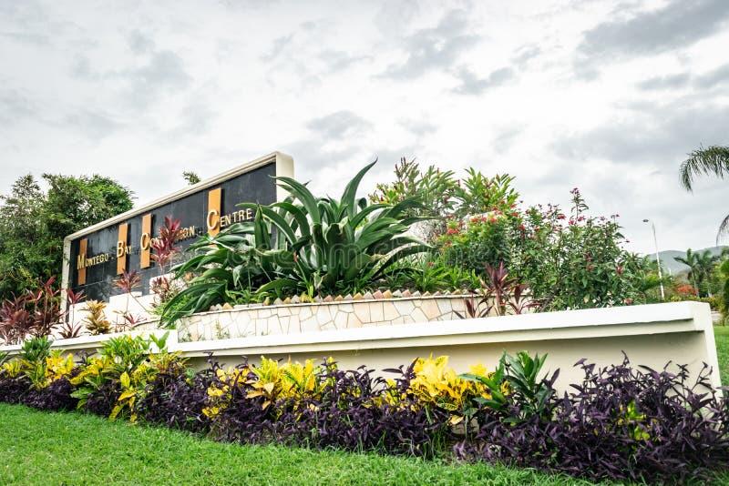 在蒙特奇湾会议中心的入口的标志在蒙特奇湾,牙买加 库存照片