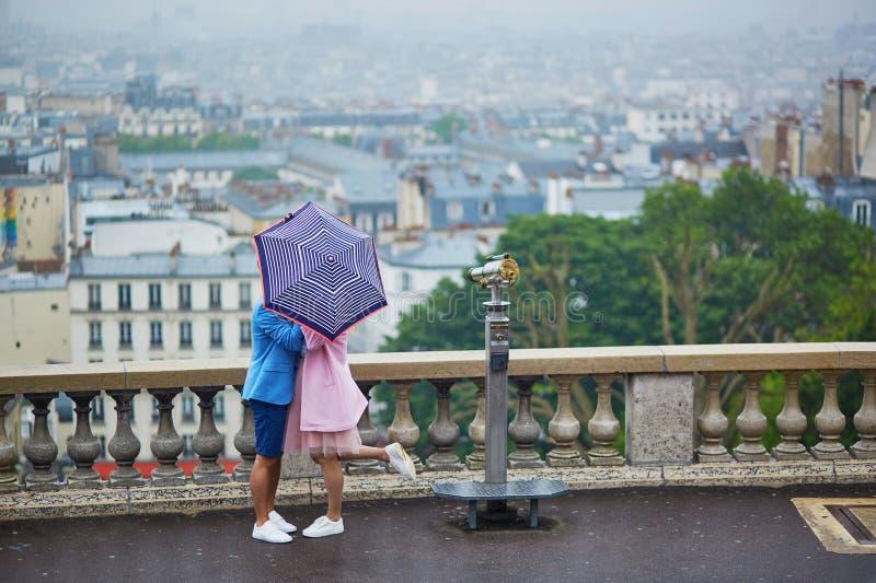 在蒙马特的夫妇在巴黎,法国 免版税库存照片