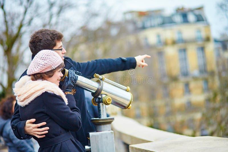 在蒙马特的浪漫夫妇在巴黎 免版税库存照片