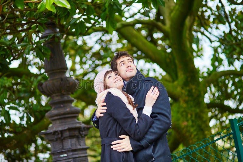 在蒙马特的浪漫夫妇在巴黎 库存照片
