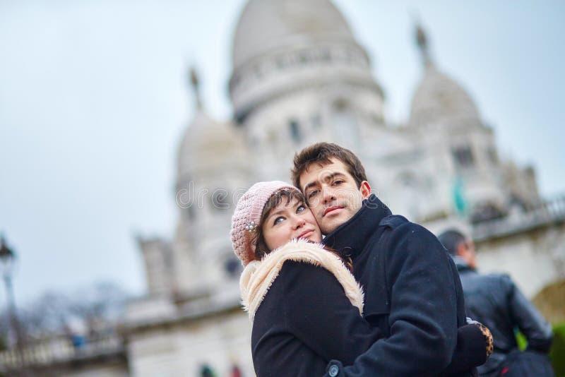 在蒙马特的浪漫夫妇在巴黎 免版税库存图片
