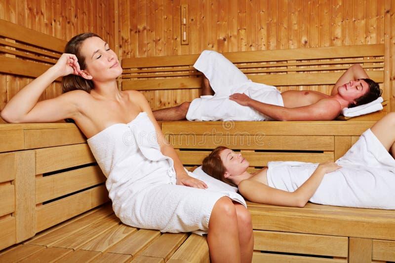 在蒸汽浴放松的人坐 库存照片