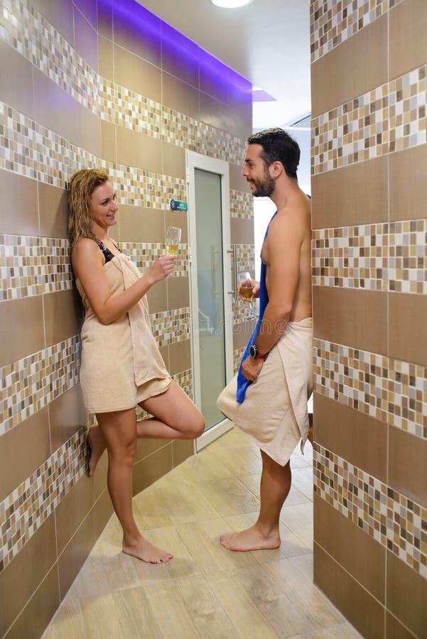 在蒸汽浴的年轻夫妇 免版税库存图片
