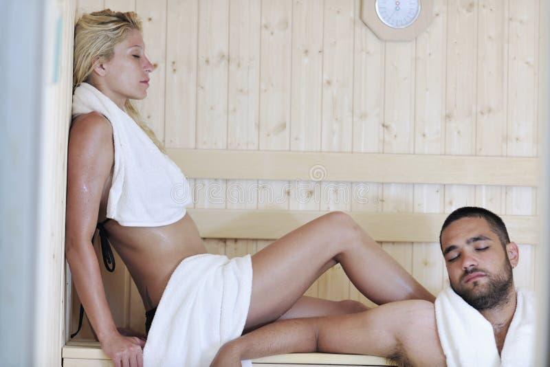 在蒸汽浴的愉快的新夫妇 免版税库存图片