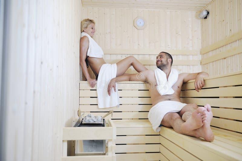 在蒸汽浴的愉快的新夫妇 免版税库存照片
