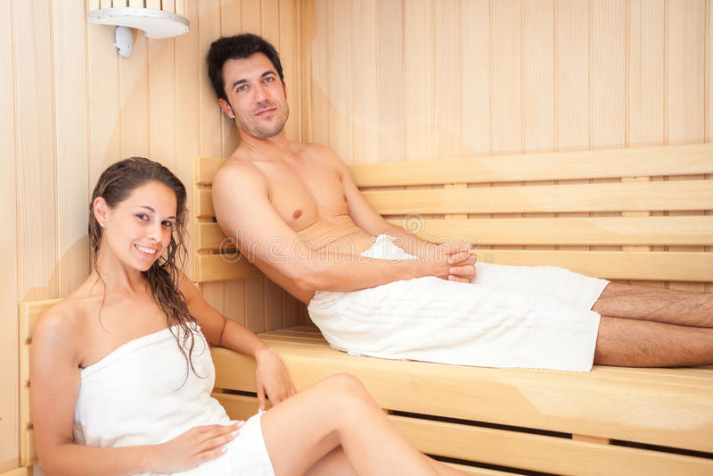 在蒸汽浴的新夫妇 库存照片