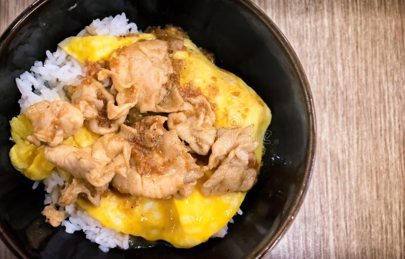 在蒸汽米的日本式煎蛋卷用猪肉泛油煎了与G 免版税库存图片