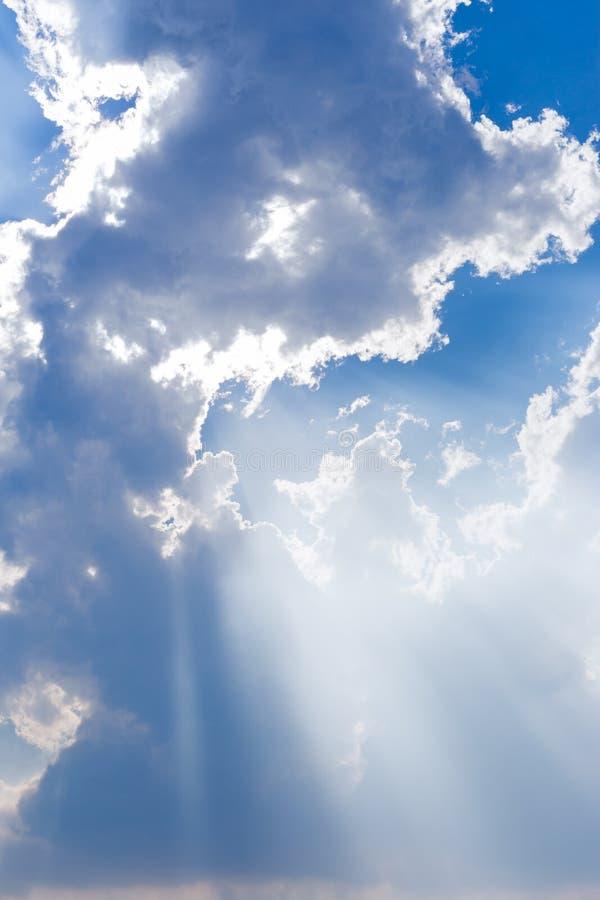 在蓝天光芒光的云彩 免版税库存照片