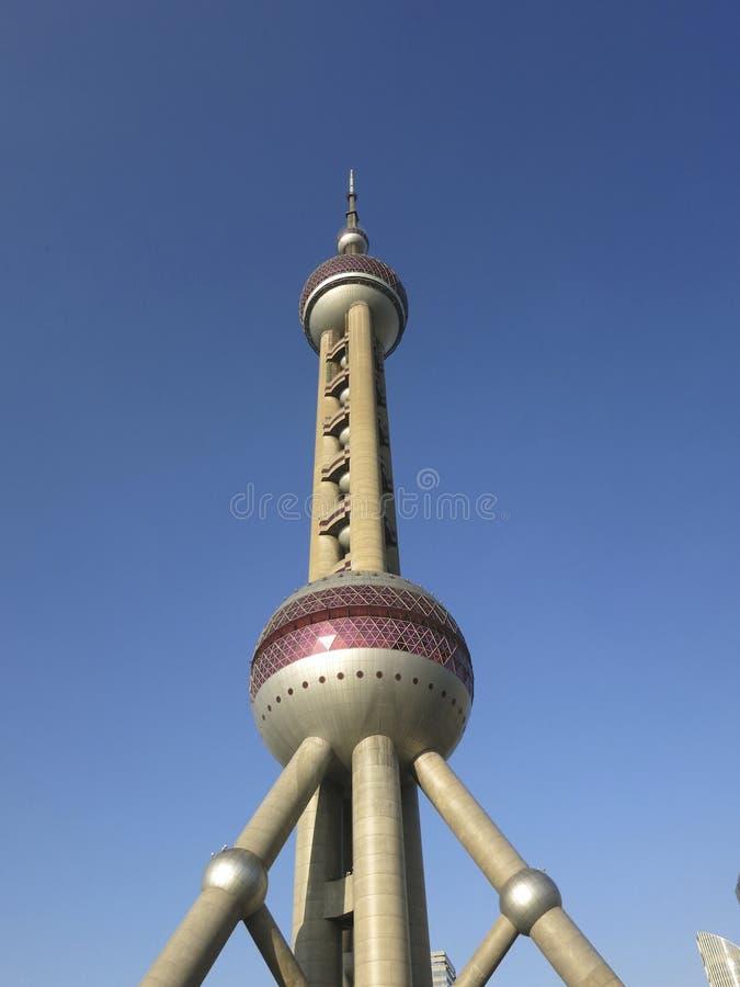 在蓝天前面的上海东方珍珠塔 库存照片