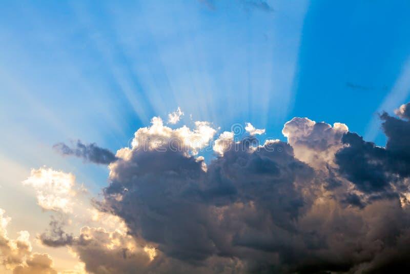 在蓝天和太阳光芒的云彩 库存照片