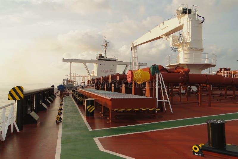 在蓝天和白色云彩下,横跨油槽的海航行, VLCC结合了 库存照片