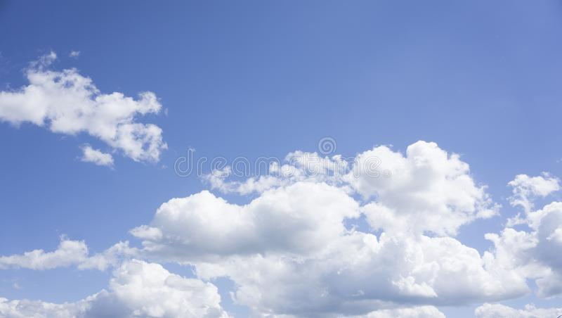 在蓝天开发的云彩 库存照片