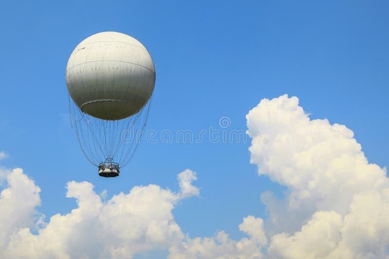 在蓝天的一个大气球在云彩上 免版税库存照片