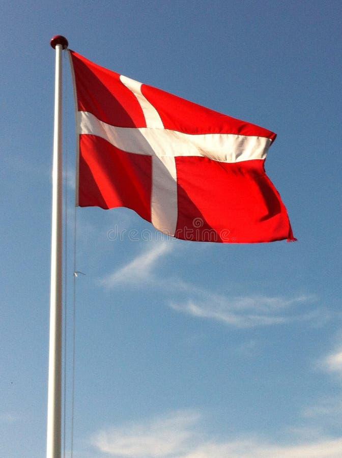 在蓝天的丹麦旗子 免版税库存图片