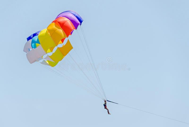 在蓝天的亦称色的parasail翼, parakiting的帆伞运动parascending或 免版税库存图片