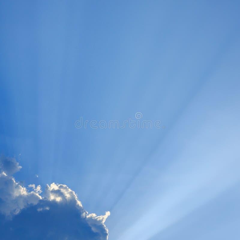 在蓝天的光线 免版税库存图片