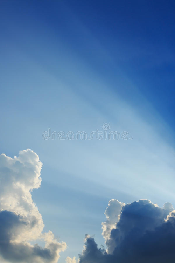 在蓝天的光线 库存照片