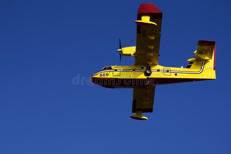 在蓝天的克罗地亚消防队员airlpain 图库摄影