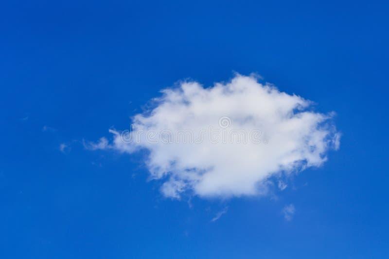 在蓝天的唯一小白色云彩背景的 免版税库存图片