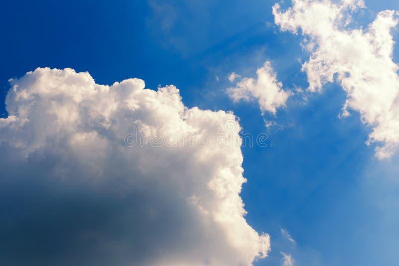 在蓝天的大白色云彩,点燃由太阳 复制空间 抽象天空 免版税图库摄影