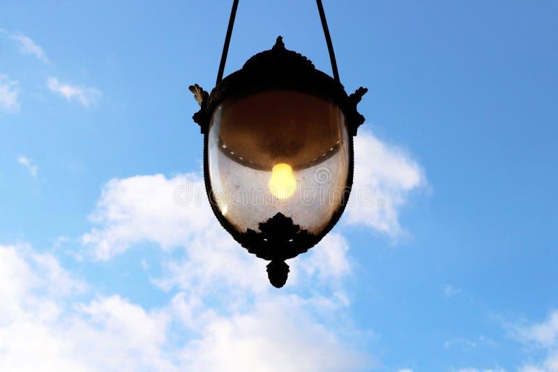 在蓝天的好主意概念路灯柱发光的电灯泡 库存照片