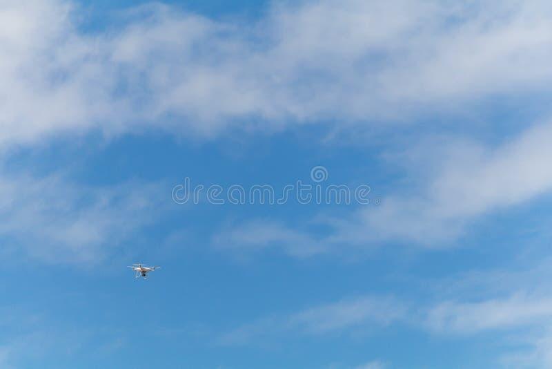 在蓝天的寄生虫飞行 库存照片