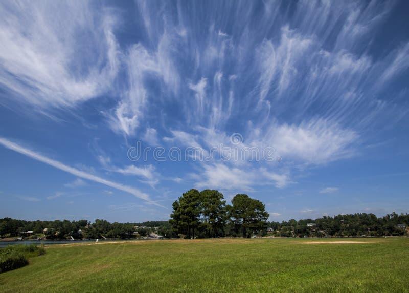 在蓝天的异常的云彩形成 免版税库存图片