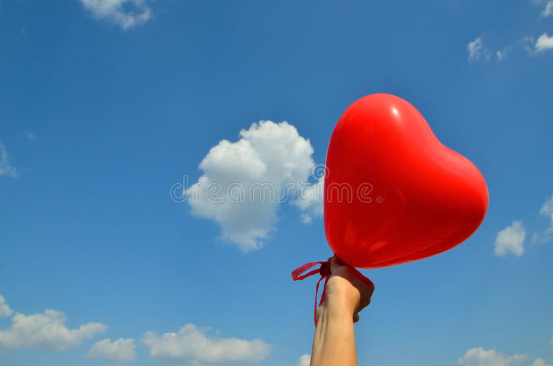 在蓝天的心脏气球 库存照片