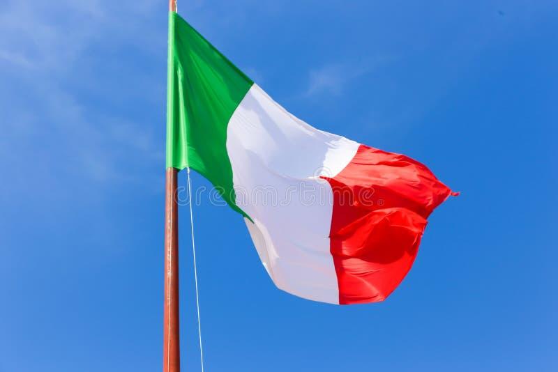 在蓝天的意大利旗子 库存照片