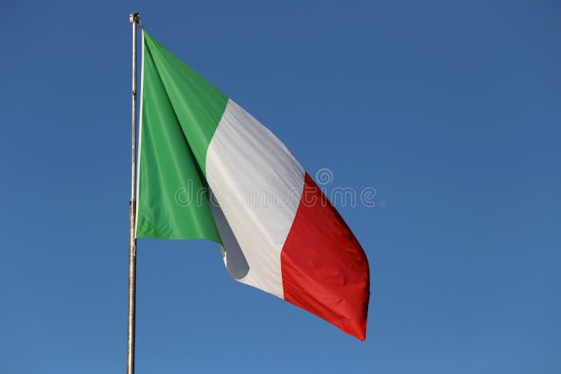 在蓝天的意大利沙文主义情绪的上流 免版税库存照片