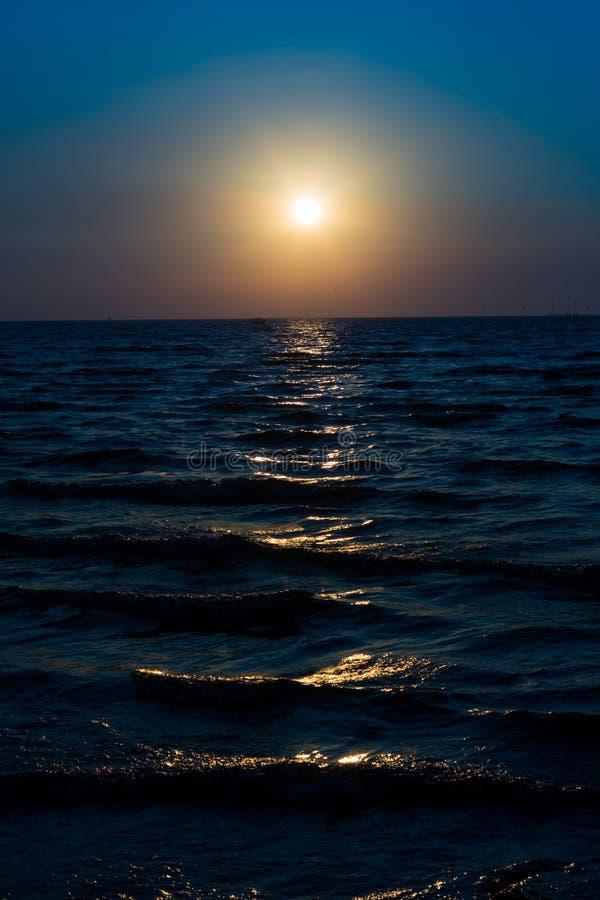 在蓝天的日出和黑暗的海早晨破晓 免版税库存照片