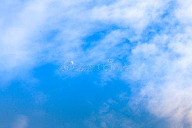 在蓝天的月亮与云彩 图库摄影
