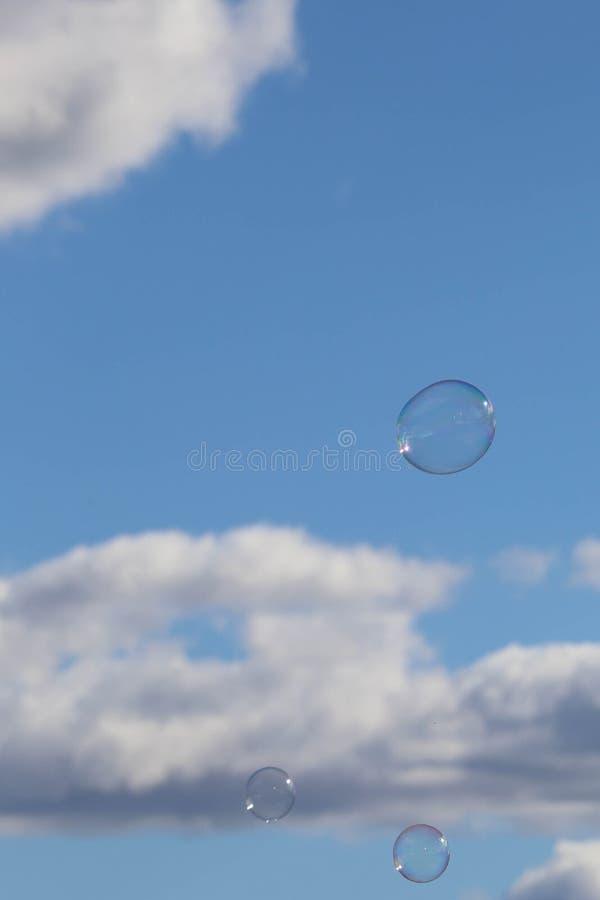 在蓝天的泡影 免版税库存照片