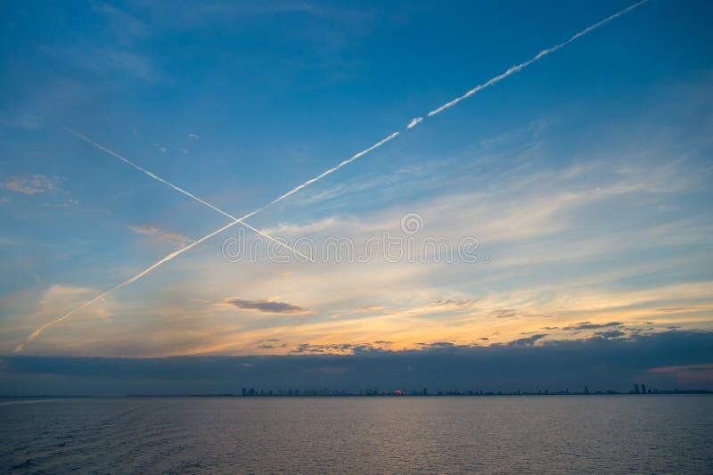 在蓝天的海或海洋水在迈阿密,美国 在日落以后的晚上海景 和平,宁静,自由 自然,水, environme 免版税图库摄影