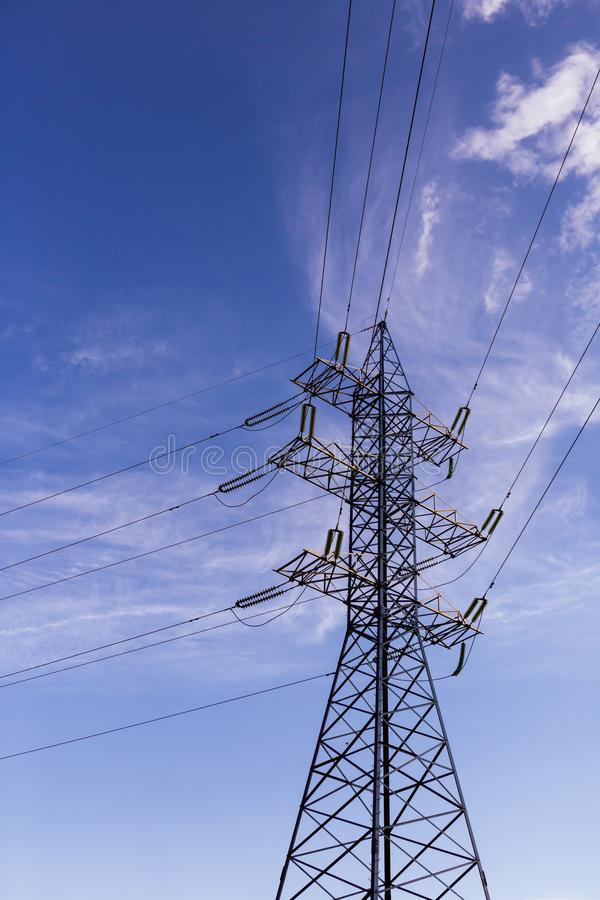 在蓝天的电定向塔 库存图片