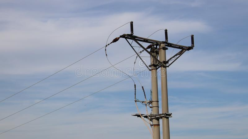 在蓝天的电网络在晴天 图库摄影
