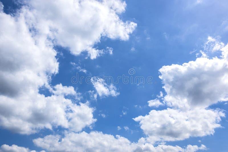 在蓝天的白色云彩背景的 免版税库存照片