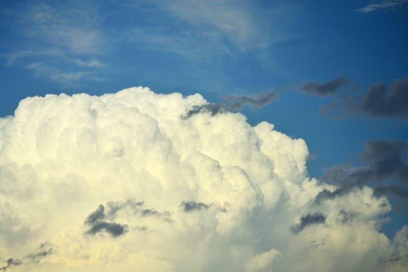 在蓝天的白色和灰色云彩 免版税库存图片