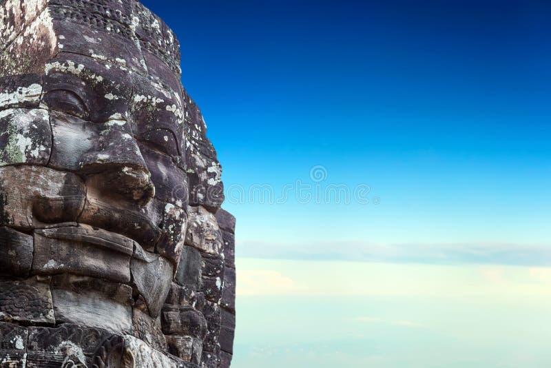在蓝天的纪念碑石面孔 库存照片