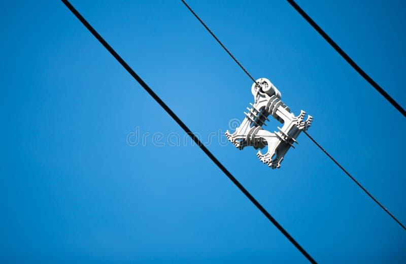 在蓝天的缆绳间隔号 库存图片